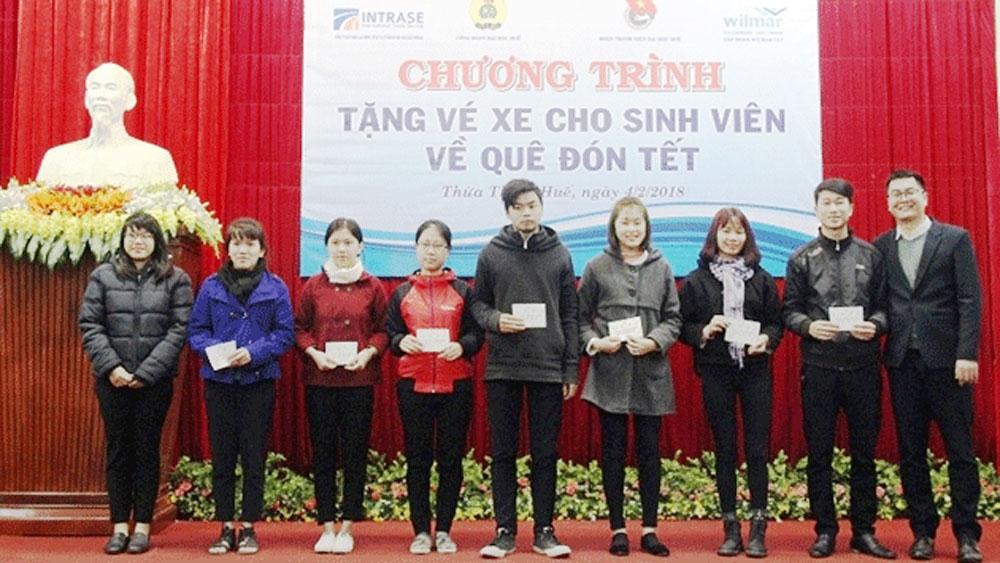Hỗ trợ vé xe và quà cho hơn 1.000 sinh viên về quê đón Tết